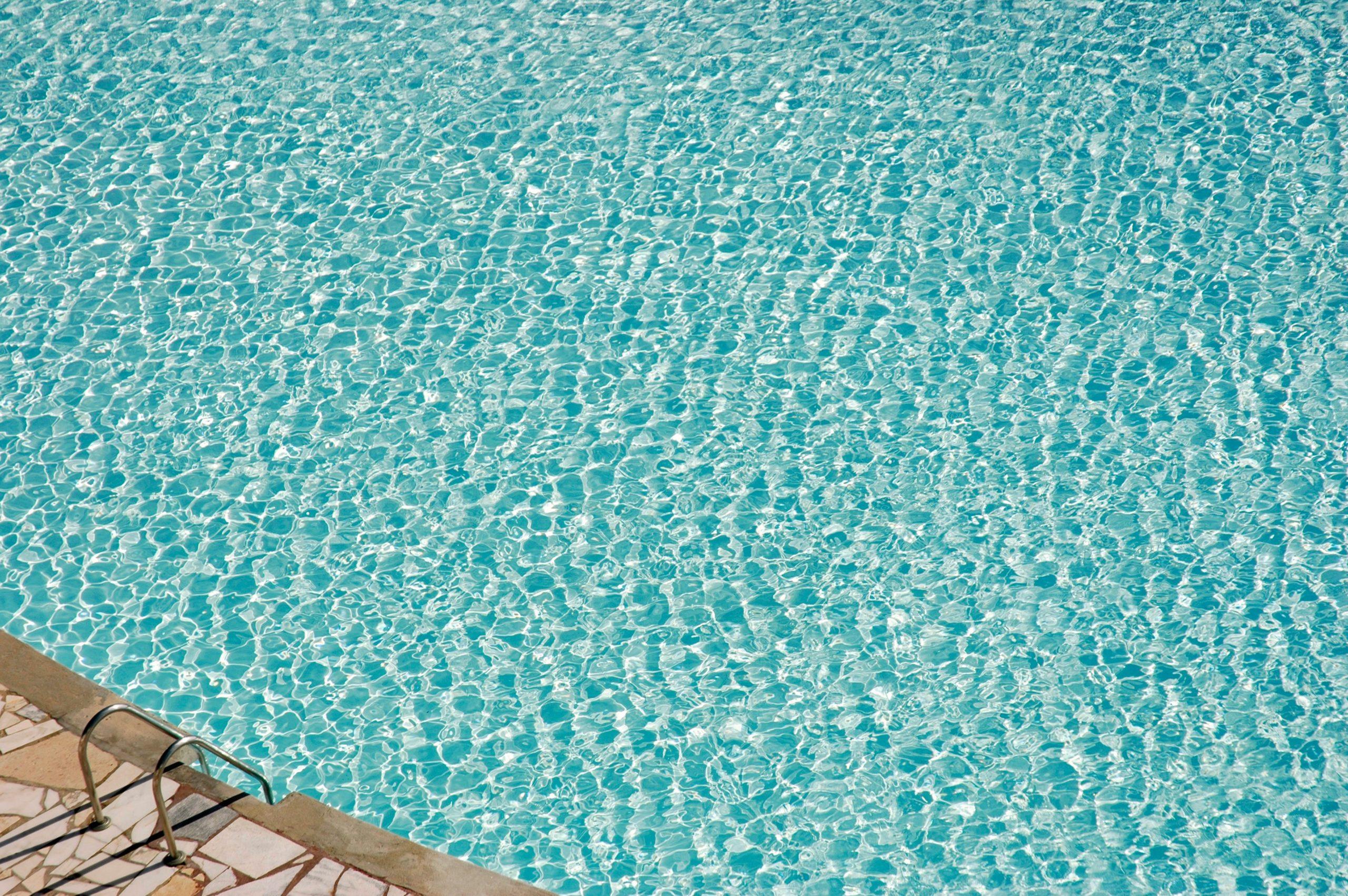 Ein leeres Wasserbecken eines Schwimmbads wie in Dortmunder Freibädern.